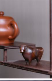铜牛茶宠,抽象派造型,小巧雅致,收藏佳品!
