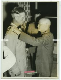 1955年蒋介石为美国远东空军总司令Earle E. Partridge 授予国民政府大绶特等云麾勋章老照片。16.5X12.2厘米