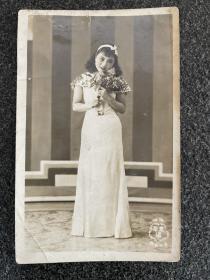 民国老照片《旗袍秀》!尺寸明信片大小、品相如图所示、价格亲民!