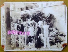 民国老照片:民国花园里,民国旗袍美女等合影。男子戴太阳眼镜【陌上花开系列】