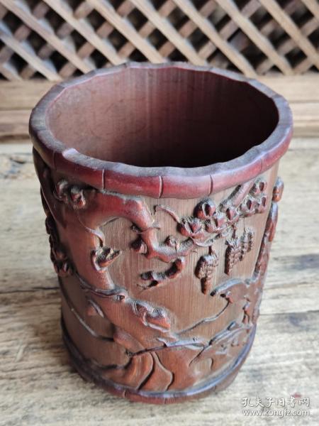 旧藏,竹雕人物笔筒,雕工精美。