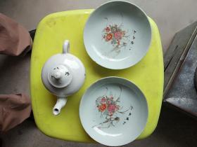 民国时期,八大山人小瓷盘和八大山人小瓷茶壶,品像完整无任何冲线和伤痕。是少有的老货,有很高的收藏价直,收藏的朋友联系我谢谢了!