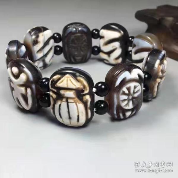 藏区回流老料福泰安康佛牌手链 尺寸约:长24毫米、宽17毫米、厚11毫米、9颗 橘皮纹细腻,包浆滋润,光明之珠、特别可使心思清明、心情舒畅、人际和顺、促进智慧增长。