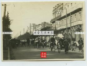 民国北京王府井大街旧影老照片,可见北京的宁波商帮开办的长安春饭店,其前身就是著名的东安饭店(1912年开办),以及京城当时高档的王府井迎贤公寓。以及中央饭店等。8.5X6厘米,泛银