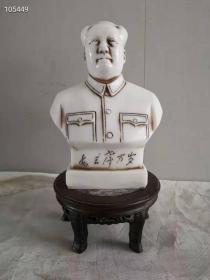 乡下收到奇特材质,汉白玉石雕成文革时期遗主席半身像,刻毛主席万岁,多年摆放光亮光滑皮壳,极为少见玉石刻像