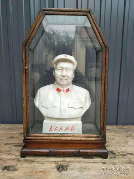 下乡收到文革时期主席瓷像。半身像,『为人民服务』,带原玻璃罩。总高56厘米,左右宽33厘米,前后宽20厘米。主席像规格:34*26*14厘米,唐山一厂。