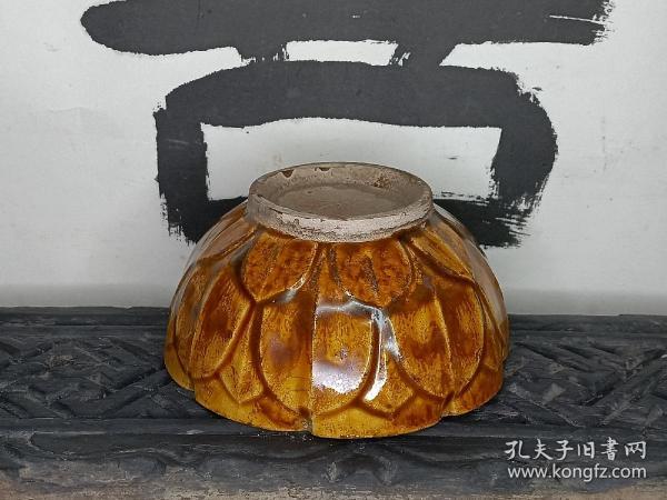 寿州窑 黄釉倭角茶碗 茶盏 仰覆莲花瓣 喝茶利器 。 轻微小飞皮,太正常了,毕竟倭角的不好保存。直径11.8cm 高5.5cm。