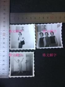 老照片 文革 毛主席像 美女 红卫兵 拿红宝书 跳舞 3张 合售