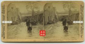 清末民国立体照片----1900年6月28日,广东广州,被李鸿章处决的130名义和团士兵之一员,站立者为刽子手--跪地者为即将被砍头杀死的义和团士兵--庚子事变