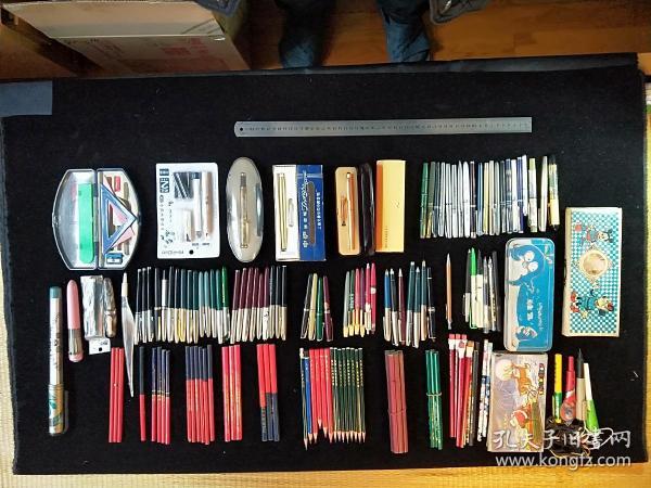 各种款式钢笔、铅笔、原珠笔、文具盒等。所注尺寸和售价不是商品尺寸与售价。想要的私聊。