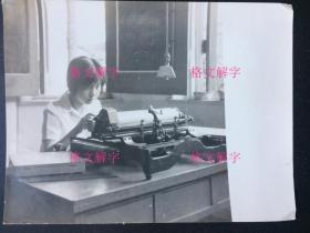 老照片 美女 工作中的眼神非常专注 垂下的电灯 电风扇 书架旁边 翻开书看 3张 合售