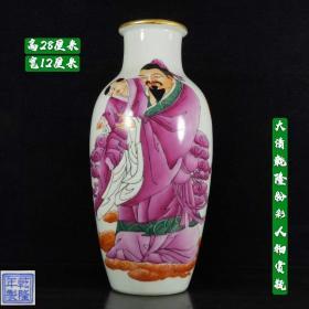 大清乾隆粉彩人物赏瓶,画工精细,器型优美,刻画形象逼真,磨损自然,品相完整,成色如图。