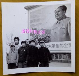 文革老照片:毛主席像——美女上海知青——海峰、海明赴东北吉林时摄,1969年,看背题【桐阴委羽系列】