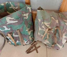 行军背囊防雨  对越自卫反击战背包外用迷彩面料,内衬黑橡胶防水层,结实耐用,防水保温。