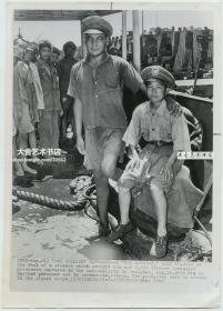 1947年美联社新闻传真照片一张,国共内战时期,不幸被国军俘虏的14岁中国共产党红军通讯员,在码头等待被押送往上海