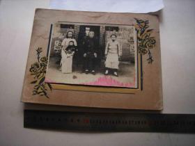 民国老照片-四代女人合影-小脚老人和中年妇女、青年妇女、抱一个小孩-在土砖瓦房前有四幅对联-有托板