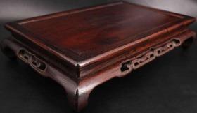 日本回流 《原包浆小叶紫檀木精制 大型雕花桌几》,这个桌几制作十分精美,是老物件,包浆润厚,有年代感,有底蕴,颜色深红,富贵,大气,而且成色十分完美,采用传统榫卯结构,纯手工精雕边花。尺寸45.5X30X高10CM 重1528克(3斤多)