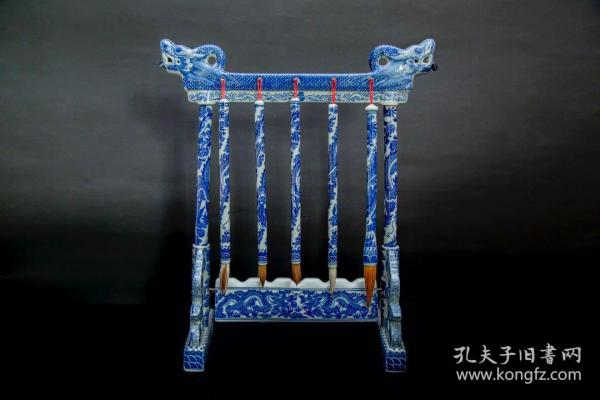 青花瓷龙头笔架, 瓷质透明光泽, 做工精致细腻