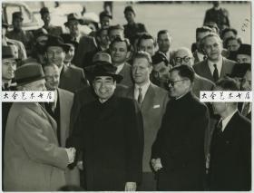 1954年5月10日,周恩来总理和张文天出访老照片,在机场受到了外国领导人的热烈欢迎。照片尺寸为24×18.3cm