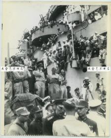 1945年美联社新闻传真照片一张,1945年9月东京湾外密苏里战舰上日本正式投降仪式,非常罕见的一个版本,拍摄的是正式开始前候场的情况,中国代表徐永昌将军,杨宣诚、朱世明、王丕成、李树正、陈延辉等人,和一个美军士兵交谈,关切的询问着什么。这张照片记录下了几乎全部中国参加受降仪式的全部代表团团员!!罕见!25.5X20.6厘米