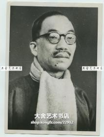 1937年刚刚当选的中华民国外交部长王宠惠老照片。王宠惠祖籍广东省东莞市,是近代中国第一张新式大学文凭的获得者,曾任中华民国外交部长、代总理、国务总理,并为海牙国际法庭任职中国第一人。他是民国时期著名法学家、政治家、外交家,曾参与起草《联合国宪章》,复旦大学法学院教授,为近现代中国法学的奠基者之一