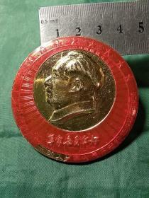 毛主席像章。铭文:毛泽东思想指引下的人民革命是历史前进的火车头