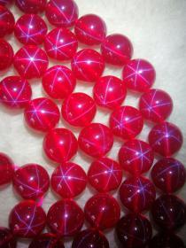 星光宝石项链一条,质地细腻通透荧光漂亮,颗颗圆润,包浆浓郁,保存完好,收藏珍品