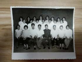 1977年郑毅在干部疗养院和同事们合影老照片一张,品好包快递发货。