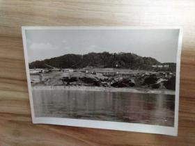 六七十年代从丹东市鸭绿江船上看对岸朝鲜风景老照片一张,品好包快递发货。
