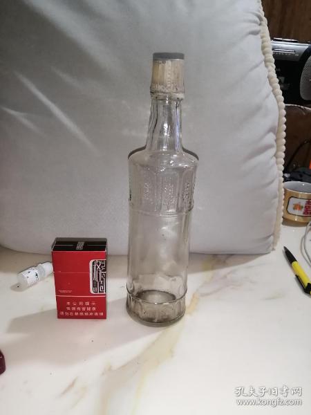 80年代文君牌老酒瓶。    玻璃的,塑料盖子。高28,直径7厘米。瓶身完整,盖子还保留着原包装膜。一斤装。没有瓶标了。极其少见的瓶子。怀旧收藏。有喜欢的朋友就来购买吧。