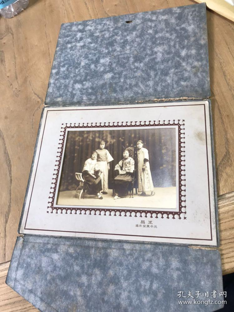 民国穿旗袍的美女照片合影照一张