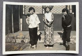 民国时期 女子中学校学生话剧排演时着剧服装留影 银盐老照片一枚