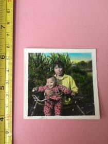 2张,手工上色,照片,小孩,自行车,背景是美丽田野,天边云彩好看;北京景山公园,1959