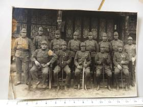抗战时期原版老照片:中国民宅前合影的日本鬼子军官