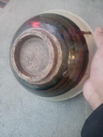 瓷碗,年代辽金元,包真包老,造型古朴,简单大方,喜欢的来买,售出不退。口沿有小磕,介意者勿拍。釉色底部和器身迥异  修足简练娴熟,时代感极强,收藏价值较高。