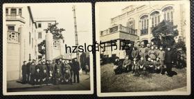 【系列照片】早期1952年上海华东军政委员会交通部运输局(华东公路总局)众人留影2合售,分别为运输局大门和内部大楼等场景,背有注释。该运输局存在时间短暂,网上无可查询。老照片内容少见,颇为难得