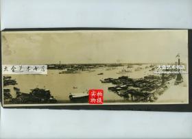 民国时期从上海气象信号塔附近的高处,向东眺望广袤的浦东,以及繁忙的黄浦江航道全景宽幅老照片,两张!!!尺寸均为28.9X11.7厘米左右。泛银。