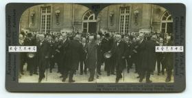 清末民国立体照片-------1919年6月28日在巴黎的凡尔赛宫签署条约,是第一次世界大战后,战胜国(协约国)对战败国(同盟国)的和约,近处为法兰西第三*共-和-国总理克里孟梭, 英国首相戴维·劳合·乔治等.中国因巴黎和会对于中日青岛问题无法解决,进而爆发全国反日的五四运动