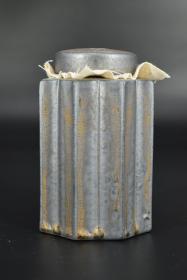 (乙3966)《鎏金存菊茶仓》陶瓷器一件 存菊茶叶罐 俯瞰为花朵造型 尺寸为:7.5*7.5*12cm 鎏金工艺 造型独特 品味上乘 储存茶叶便于保持茶叶的质量。