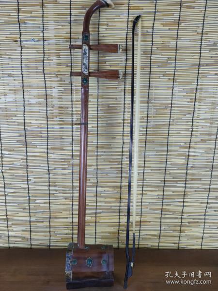 下乡收来黄花梨镶嵌宝石二胡一把,做工精致,木纹清晰,保存完整,品相如图