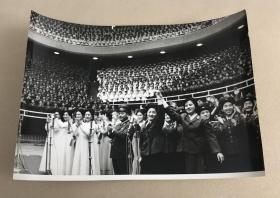 70年代 苏丹丹 总政歌舞团访问朝鲜大合影老照片一枚