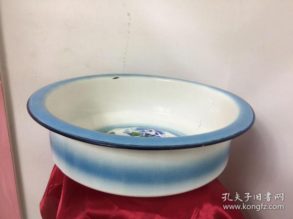 搪瓷盘特制经典款,直径38厘米,外面有两处掉瓷,里面有两处小掉瓷
