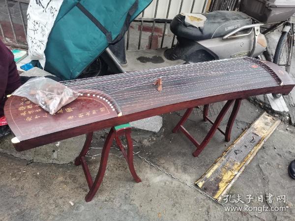 安徽滁州 早期 金雅牌 古筝,完好无损,有刘长卿刻诗一首。听弹琴 [ 唐 ]  刘长卿 泠泠七弦上,静听松风寒。 古调虽自爱,今人多不弹。