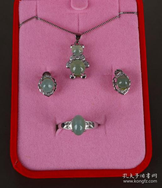 翡翠首饰四件套(扇形坠项链、耳钉、戒指)