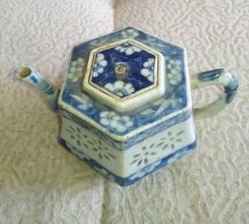 清凹凸工艺青花壶