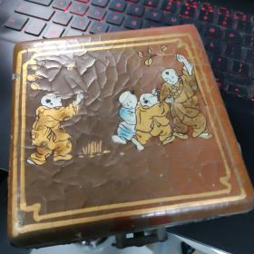 民国老漆器盒子。14厘米方形。高四厘米。上面漆画有纹裂。整体完好。