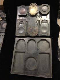 旧藏 8件套石砚。砚由上盖,下底,中间6个砚心组成。砚心分别为红端,白端,歙砚,洮河,黄松花,端砚6种不同的石材组成。砚心底部均有诗文及落款。整套器物均为名贵石料雕刻而成,砚形霸气,独特。一物可多用。规格:长33厘米,宽31.5厘米,厚6.5厘米。