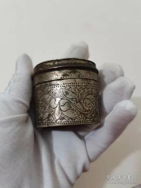 清代白铜满工胭脂盒。 工艺精美一流包浆, 荷花图案 寓意和和美美。 5x5厘米。