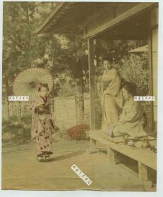 清代日本园林庭院中打伞和茶道三仕女上色蛋白照片一张,18.3X15厘米