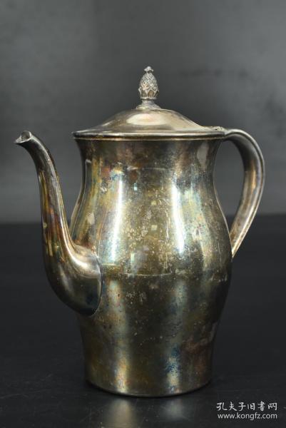 (乙3937)《欧洲鎏银壶》一个 咖啡壶 镀银 壶身简洁无图案 器型完整 造型独特 摆放平稳 底部有款 底部Paul Revere Reproduction 壶嘴到壶把一端距离约为:20cm 宽:10.5cm 高:21cm 重:0.69千克